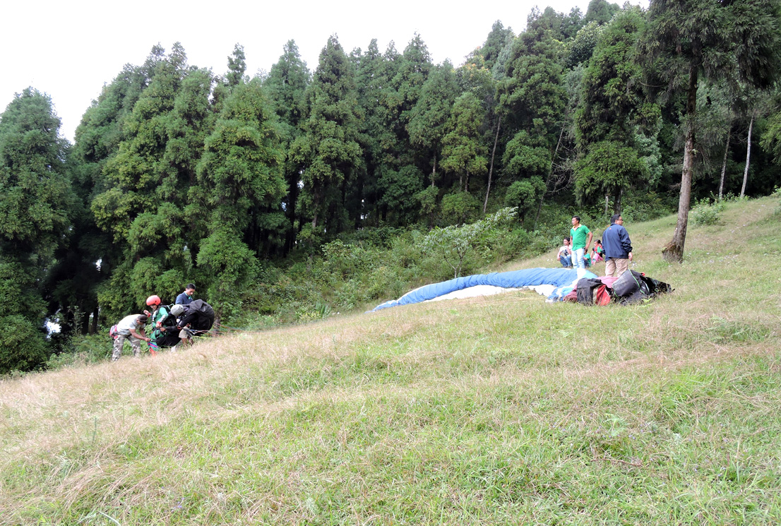 Preparation of paragliding at Deolo Hill